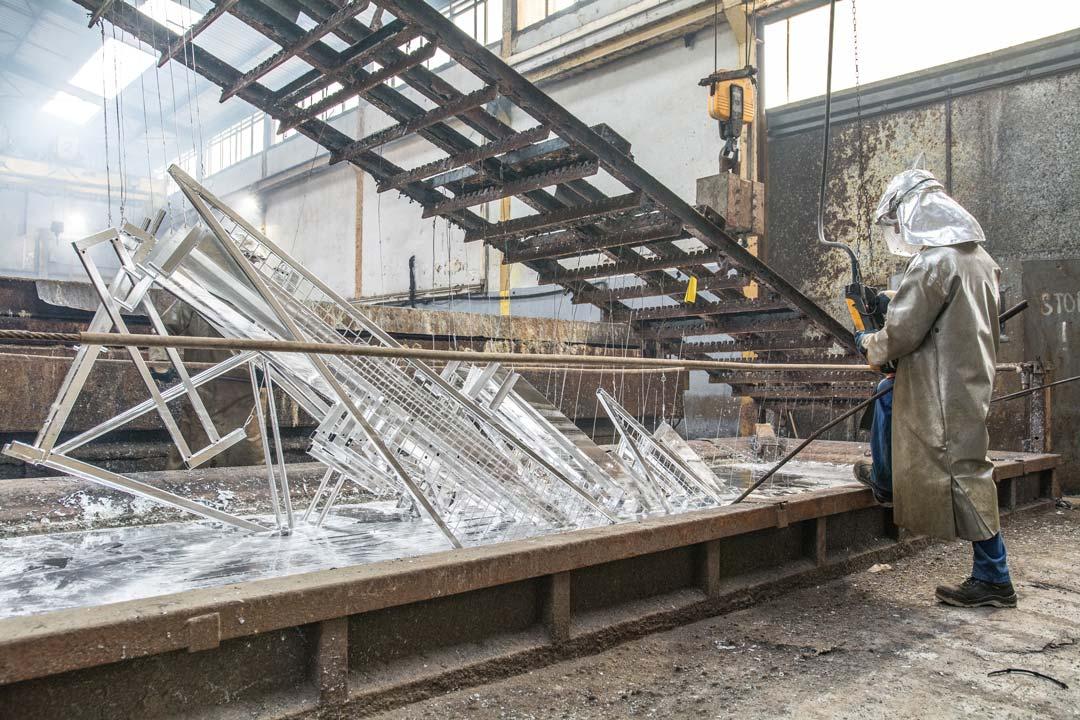 On doit cette protection à la faculté du zinc à former une barrière efficace entre l'acier et les agents agressifs des différentsenvironnements.