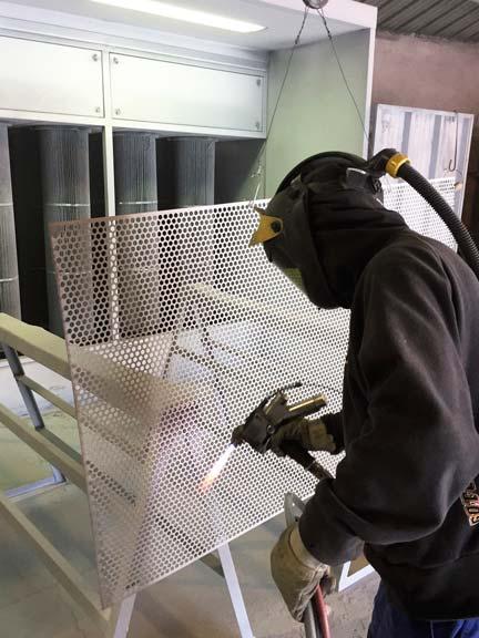La métallisation consiste à projeter du zinc en fusion sur des pièces métalliques afin de les recouvrir d'une couche les protégeant de l'oxydation (protectionanti-rouille).  La métallisation est conseillée pour les pièces ne pouvant être galvanisées (grandes dimensions ou de conception non adaptée àlagalvanisation).